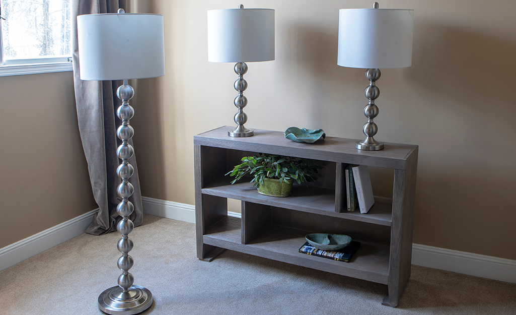 Bộ đèn trang trí phòng khách gồm hai đèn bàn và một đèn sàn phù hợp.