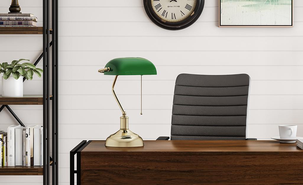 Một chiếc đèn ngân hàng xanh đặt trên bàn làm việc trong văn phòng tại nhà.
