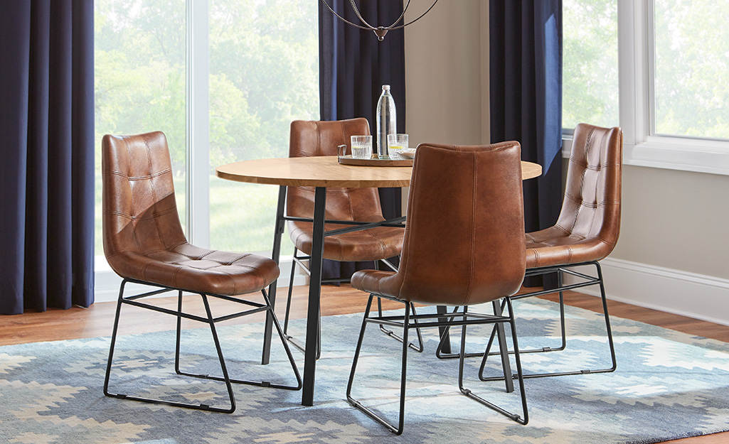 ghế ăn bọc da quanh bàn trong phòng ăn