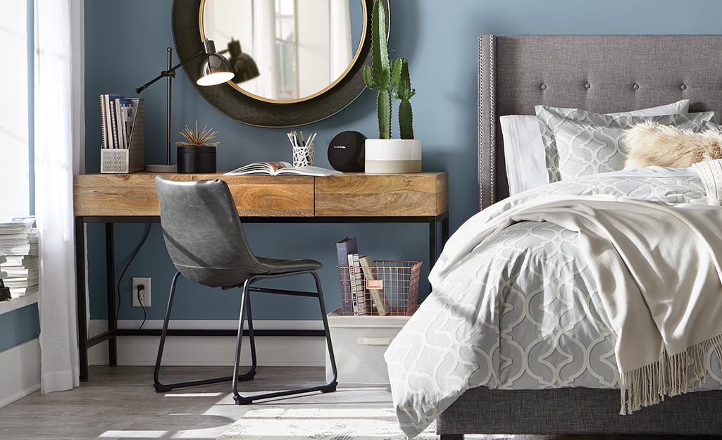 ghế da ở bàn làm việc trong phòng ngủ