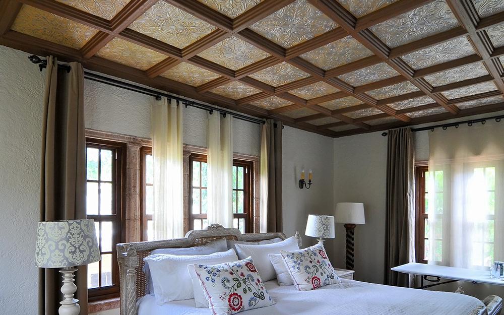 Gạch trần được sử dụng trên trần phòng ngủ như một bức tường nhấn.