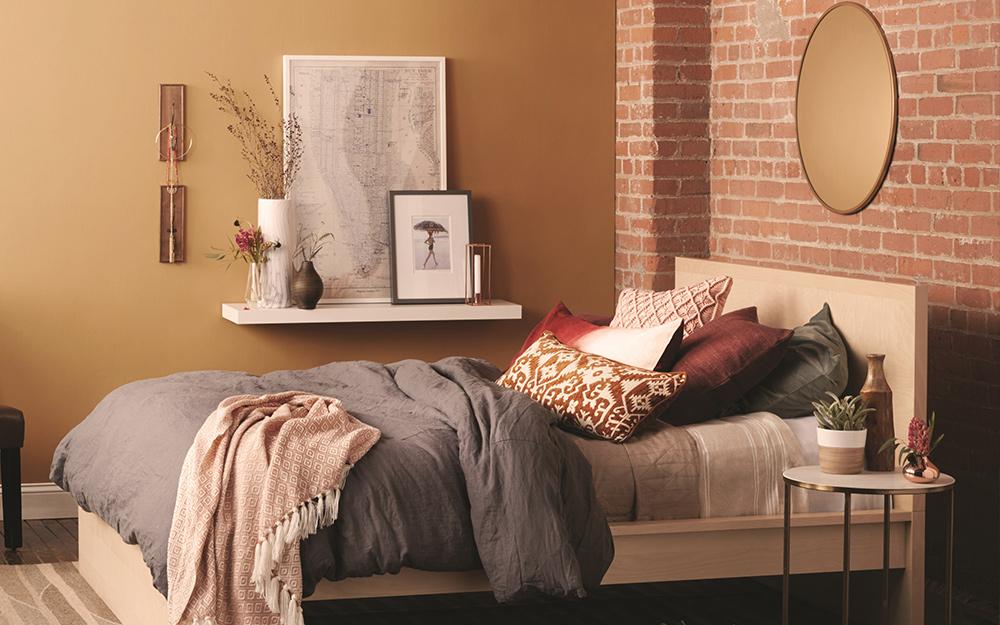 Một bức tường có điểm nhấn kết cấu trong phòng ngủ.