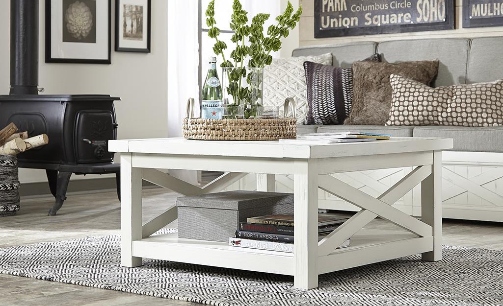 Một chiếc bàn cà phê màu trắng đặt giữa phòng khách.