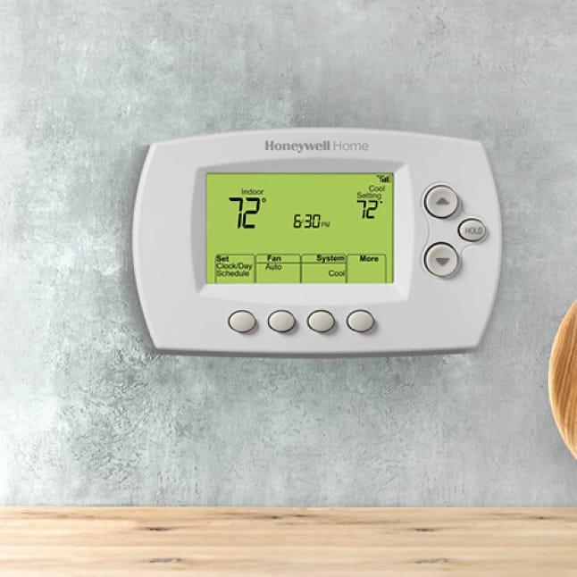Wifi thermostat's big, backlit digital display