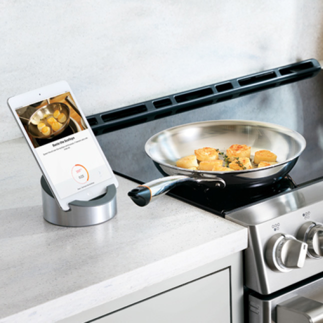 A pan on the stove cooks scallops, automatically adjusting temperatures according to a connected tablet.