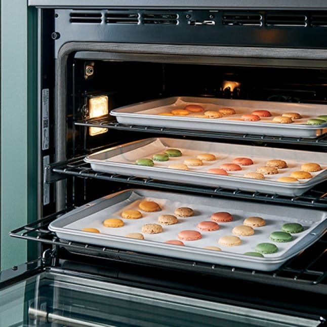 Food is cooked perfectly in the oven thanks to the specialized convection system.